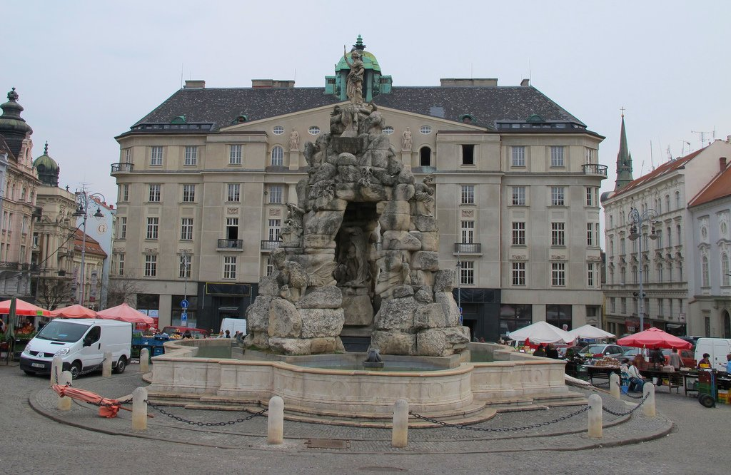 Площадь, овощной рынок и фонтан Брно